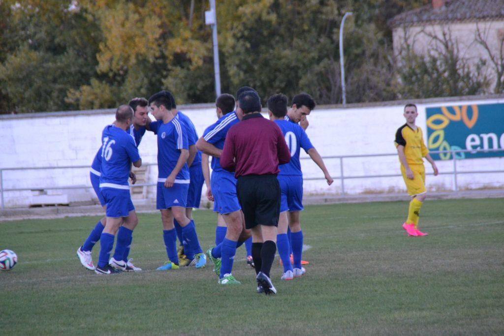 La plantilla del CD Cuéllar celebra un gol la pasada temporada