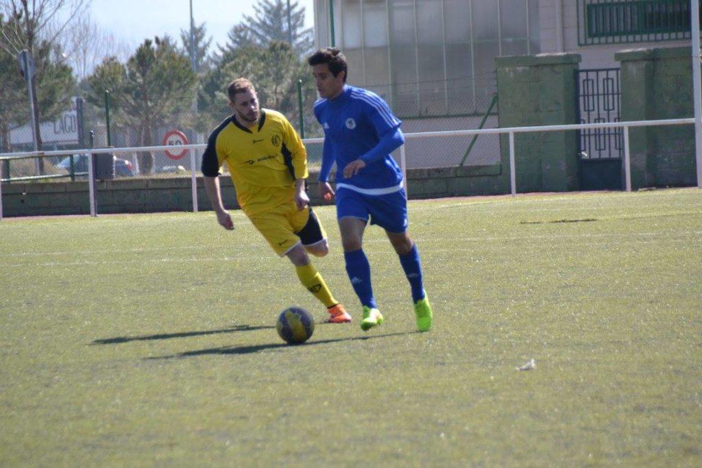 Rubén conduce el balón ante un rival del CD Quintanar