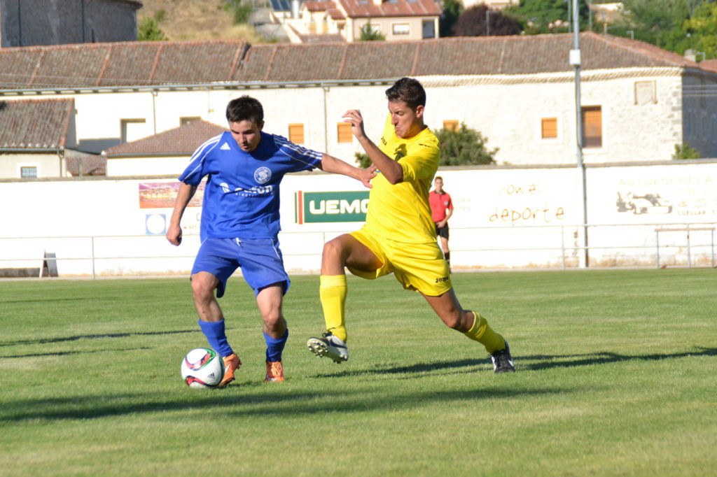 Florin conduce el balón ante un rival
