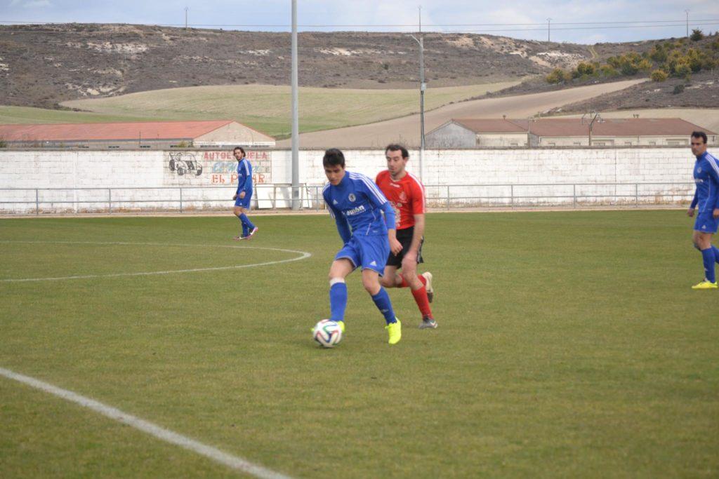 El cuellarano Rubén pugna con un rival del Raudense en el último partido entre ambos